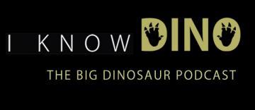 Logo do Podcast. Sobre um fundo preto, está o nome I know Dino, todo em letras maiúsculas. O meio vazio do D e do O em dino tem o formato de pegadas. Abaixo, há um subtítulo: The big dinosaur podcast