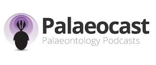 Logo do Palaeocast. À esquerda, há um desenho da sombra de um trilobita com um apêndice cefálico com 3 pontas. Dele, saem 3 círculos concêntricos em diferentes tons de roxo, dando a ideia de uma antena. No centro e na direita, há o nome Palaeocast e, abaixo deste, o subtítulo Palaeontology Podcasts.